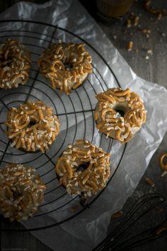 Schoko-Donuts mit gesalzener Karamellglasur und Salzbrezeln / Chocolate donuts with salty caramel glaze and pretzels / www.backbube.com - Foodblog