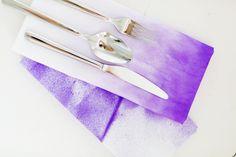 DIY Anleitung zu diesen bunten Batik-Servietten, die zum Hingucker jeder Tisch Dekoration werden! Shibori, Batik, Bunt, Wool, Napkins, Little Gifts, Textiles, Fabrics, Table