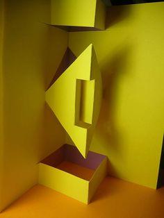 Técnica de kirigami utilizando el eje de simetría para hacer las figuras tridimensionales, en este caso no hubo ningún problema, solamente un poco de creatividad.