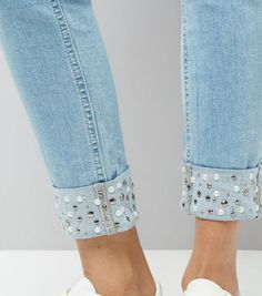 Latest Photos Jenna blue skinny jeans with pearl hem detail Style I enjoy Jeans ! And much more I want to sew my very own Jeans. Next Jeans Sew Along I am planning Diy Jeans, Jeans Refashion, Sewing Jeans, Refaçonner Jean, Jean Diy, Denim Fashion, Fashion Pants, Fashion Outfits, Womens Fashion