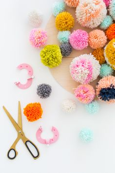 DIY pom pom wall hang | sugar & cloth pompones y mas pompones:)