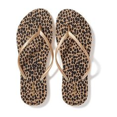 Old Navy Womens Printed Flip Flops (14.655 COP) ❤ liked on Polyvore featuring shoes, sandals, flip flops, black, traction shoes, grip shoes, old navy flip flops, print shoes and black sandals