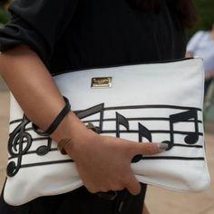 Clutch notas musicais by Dolce & Gabbana. Bom findi meninas!!!