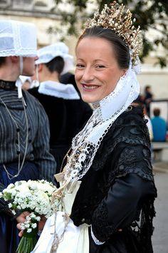KEVRENN ALRE / FETES D'ARVOR / VANNES    Amélie Le Grouyellec  superbe costume de mariée du Nord Morbihan ( Mauron )