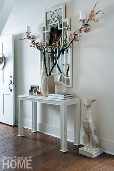 A bold entryway design in shades of white. |- Interior design by Gina Eastman, Photography by John Gruen