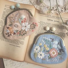 Pretty purses with flower embroidery Embroidery Purse, Ribbon Embroidery, Cross Stitch Embroidery, Embroidery Patterns, Frame Purse, Schmidt, Handmade Bags, Sewing, Crafts