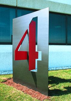 Royal Executive Park   C&VE Design exterior signage  Couleur, rouge et gris.   Forme prédécoupé qui ressort positionnée en croix 3D  L p