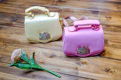 """Очаровательные сумочки для маленьких принцесс 👑 Украшены крупной брошкой со стразами """"Hello Kitty"""" 💝 С комплекте идет длинный ремешок🎀 Заказ и вопросы Viber/ WhatsApp/Telegram 📱➡ +7-927-282-72-71 Заказ каталога на нашем сайте, ссылка указана здесь ➡ @dolce_fashion_kids Доставка по миру 📦✈🌍 #КАТАЛОГ_Dolcefashion #kidsfashionblogger #kidsfashionbook #kidsfashionforall #kidsfashionistamodel #детскаямода #гнездышкодлямалыша #грозный #девочка #девочкам #доча"""