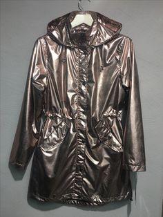 Mega cooler Regenmantel im Rosegold Metallic Look von NORMANN hier: Jacquis - Skandinavische Boutique und im Onlineshop! Metallic Look, Neue Outfits, Outfit Trends, Neue Trends, Leather Jacket, Boutique, Jackets, Fashion, Spring Summer