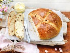 Osterbrot backen ist ganz leicht. Mit unserem Rezept für das fluffige Ostergebäck mit Hefe und süßen Rosinen brauchst du zwar etwas Geduld - es zahlt sich aber aus. Probiere dich an unserem Originalrezept für Osterbrot und mache deine Gäste glücklich.