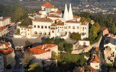 Το Palacio National de Sintra. Ξεχωρίζουν οι ύψους 33 μέτρων καπνοδόχοι του.