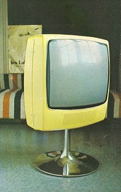 Asan muovikuorinen alumiinijalustainen televisiovastaanotin, jonka kuvaruutu voidaan kääntää mihin suuntaan tahansa.