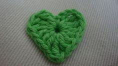 Endnu en hæklet kurv er blevet færdig.  Den her blev pyntet med hæklet hjerter     Jeg har fundet opskriften på de hæklede hjerterhos Molly...