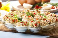 Βάζουμε τα μαχαιροπίρουνα (και το savoire vivre) στην άκρη, επιστρατεύουμε τη δημιουργικότητά μας και φτιάχνουμε μικρές λιχουδιές που θα απολαύσουν οι φίλοι μας και θα γλύφουν και τα δάχτυλά τους! Finger Food Appetizers, Finger Foods, Appetizer Recipes, Fried Rice, Pasta Salad, Potato Salad, Recipies, Brunch, Food And Drink