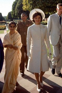 First Lady Jackie Kennedy, center, in a white coat and hat walks with Ambassador John Galbrath, right, in India in March 1962 Jacqueline Kennedy Onassis, John Kennedy, Estilo Jackie Kennedy, Jackie O's, Les Kennedy, Jaqueline Kennedy, Us First Lady, First Ladies, My Idol