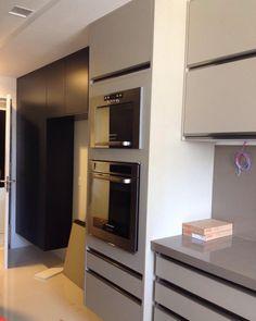 Finalização da montagem de uma cozinha que promete nas cores petróleo e fendi…