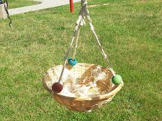 Papağanların en sevdiği oyunlardan biri de, yiyeceklerini ve oyuncaklarını bir yerlere taşımak, toplamak... sonra da orda eşeleyip yeniden bulmaktır. Oyun sepetleri onların uzun süre oyalanması için idealdir.  Mia Kuş Oyuncakları'nın papağanlarınız için hazırladığı tamamen doğal malzemelden, el yapımı kuş oyuncaklarından biri de OYUN SEPETİ.