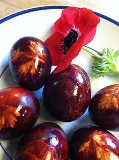 Last spring , I discovered Slovenian Easter eggs or pirhi. Until then, I had just one Slovenian Easter tradition: Poti. Egg Dye, American Kitchen, Easter Traditions, Easter Eggs, Onion, Traditional, Fruit, Cooking, Recipes