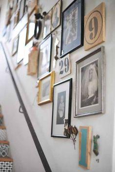 De muur naast de trap wordt gezien als loze ruimte, leuk is om er met foto's een persoonlijke fotogalerij van te maken. Geef je foto's een plekje aan de muur.