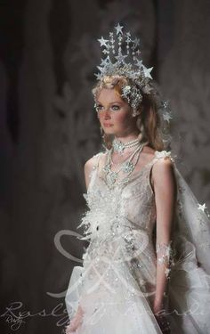 Starry wedding gown Finale of Le conte de fées Rusly Tjohnardi Atelier Bridal Collection Runway Fashion, Fashion Show, Fashion Design, Starry Wedding, Chanel Couture, Halloween Kostüm, Headdress, Costume Design, Bridal Collection