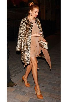 13 unique ways to wear leopard in your outfit: Sienna Miller tops off her neutral outfit with a leopard coat Style Sienna Miller, Leopard Print Coat, Leopard Jacket, Leopard Prints, Mode Mantel, Leopard Fashion, Ocelot, Fashion Articles, Mode Inspiration