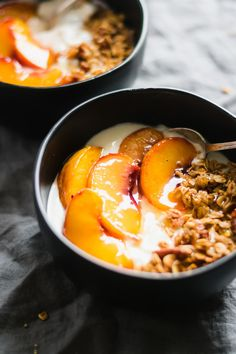Peach Crisp Yogurt Bowls Made with creamy vanilla yogurt homemade maple granola and juicy roasted peaches. Enjoy this for breakfast or a lightened-up dessert! The post Peach Crisp Yogurt Bowls appeared first on Dessert Park. Healthy Breakfast Recipes, Brunch Recipes, Healthy Recipes, Breakfast Fruit, Dessert Healthy, Healthy Desserts With Fruit, Appetizer Dessert, Healthy Breakfasts, Simple Recipes