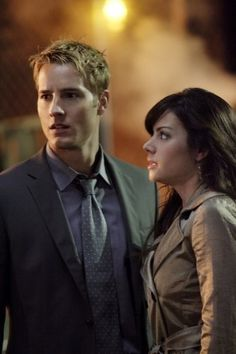 SMALLVILLE - OLIVER (Justin Hartley) IS LISTENING TO LOIS (Erica Durance).