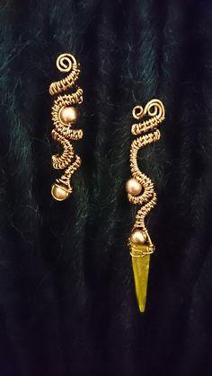 Somptueusement belle paire de poignets ornés de dreadlock en cuivre émaillé. Lun dans un Royal de style « Dagger », lautre comme un brassard correspondant sans la coquille de la dague. Les ballonnets sont décorées avec des détails or perle. Disponible en : Moyenne de 0,6 cm 0,8 cm de large