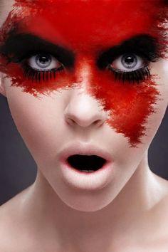 hexe-Magierin-halloween-make-up-blutige-stirn-schwarze-augenschminke.jpeg (640×960)
