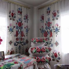 Classic Home Decor Themes That Are Always In Style Classic Home Decor, Classic Interior, Traditional Interior, Folk Art Flowers, Interior Decorating, Interior Design, Paper Houses, Cozy House, Home Textile
