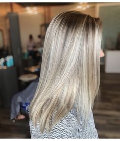 Blonde with shadow root - Christmascocktails Dark Roots Blonde Hair, Blonde Hair Looks, Blonde Pixie, Pixie Hairstyles, Summer Hairstyles, Haircuts, Shadow Root Blonde, Platinum Blonde Highlights, Bright Blonde