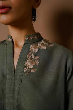 Hand Embroidery Dress, Kurti Embroidery Design, Indian Fashion Dresses, Indian Designer Outfits, Kurta Designs Women, Blouse Designs, Fancy Kurti, Kurta Neck Design, Neckline Designs