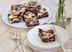 Cheesecake Brownies mit Macadamianüssen und Blaubeeren