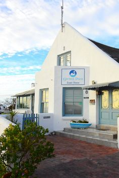 Gilcrest Place Guest House is 200 m van die strand af in Paternoster, 'n bekoorlike Weskusdorpie net 90 minute se ry van Kaapstad af. Situated just a few meters from Bekbai Beach in the fishing village of Paternoster, is the charming Gilcrest Place Guest House. For guests looking for a beach getaway, this is the place to be! Fishing Villages, Van, Mansions, House Styles, Beach, Places, Outdoor Decor, Home, The Beach