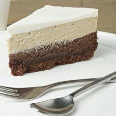 אם אתם מחפשים קינוח רושם שהוא גם טעים, גם יפהפה וגם הצלחה מסחררת - זה המתכון בשבילכם: עוגת שכבות של גבינה, שוקולד וקפה עם הפתעה קראנצ'ית בתחתית