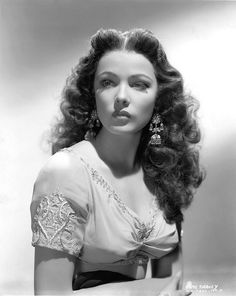 My Ear-Trumpet Has Been Struck By Lightning Gene Tierney looking ravishing in Sundown wearing Joseff Hollywood Jewelry Vintage Hollywood, Old Hollywood Glamour, Golden Age Of Hollywood, Hollywood Stars, Classic Hollywood, Hollywood Jewelry, Vintage Glamour, Vintage Beauty, Classic Actresses