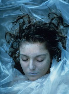 Wrapped in plastic. How could I Laura Palmer?Misc/Archived/Old Shows - Twin Peaks - Cast Promotional Photos - Laura Palmer 01 Serie Twin Peaks, Twin Peaks 1990, David Lynch Twin Peaks, Twin Peaks Poster, Laura Palmer, Stanley Kubrick, Alfred Hitchcock, Sailor Et Lula, Elephant Man