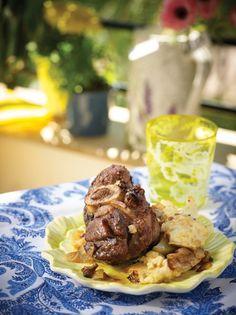 Η στάμνα δεν είναι άλλο από πήλινη γάστρα που δίνει νόστιμα φαγητά φούρνου με κρέας και πατάτες. Σε αυτή τη συνταγή επιλέγουμε μοσχαράκι που συνδυάζεται και με κεφαλογραβιέρα, που το κάνει ακόμη πιο απολαυστικό. Greek Beauty, Greek Recipes, Lamb, Steak, Food Porn, Beef, Meals, Breakfast, Meat