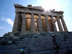 PARTENONE E' un tempio greco dedicato alla dea Atena. La sua edificazione cominciò intorno al 447 a.C. e fu completata nel 438 a.C. Fu costruito dall'architetto Ictino, a prosecuzione di un progetto già avviato con Callicrate,per iniziativa di Pericle,generale ateniese del V secolo a.C.Il tratto caratteristico nella decorazione è il fregio ionico posto lungo le pareti esterne della cella. Si tratta di una caratteristica innovativa, dal momento che il resto del tempio è costruito in stile…