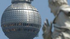 Seit 46 Jahren steht der Fernsehturm am Alexanderplatz. Zwölf Stunde in Berlins 368 Meter hohem Wahrzeichen.