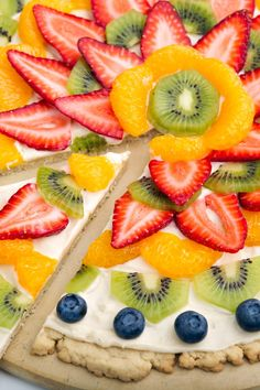 Fruit Pizza Dessert Recipe with a Sugar Cookie Crust These are delicious. The recipe is simple and easy to make and making designs with the fruit is thankfully . Fruit Pizza Bar, Easy Fruit Pizza, Dessert Pizza, Cheese Dessert, Healthy Pizza, Fruit Recipes, Dessert Recipes, Healthy Recipes, Healthy Desserts