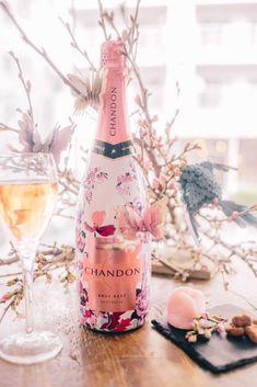 ロゼを片手に♩表参道で「お花見CHANDON」イベント開催 Champagne Taste, Champagne Bottles, Drink Bottles, Rose Champagne, Fruit Drinks, Drinks Alcohol Recipes, Alcoholic Drinks, Moet Chandon, Sleepover Food