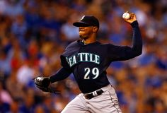 Roenis Elias Photos Photos - Starting pitcher Roenis Elias #29 of the Seattle Mariners pitches during the 1st inning of the game against the Kansas City Royals at Kauffman Stadium on September 23, 2015 in Kansas City, Missouri. - Seattle Mariners v Kansas City Royals