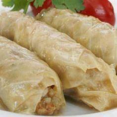Esta receta de Rollos de Col rellenos de Carne y Arroz es originaria de la cocina Árabe con hojas de col rellenas bañadas con una deliciosa salsa. Preparac