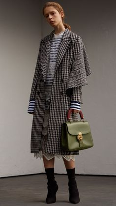 The coat, also known as the coat, is the outermost outfit. Fashion Details, Love Fashion, Womens Fashion, Fashion Design, Fashion Coat, Burberry Coat, Jacket Style, Fashion 2018, Passion For Fashion