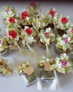 Rukiye hanımın kına hediyelikleri  İçerisinde kına... #wedding #weddings Wedding Candy, Wedding Favours, Wedding Gifts, Wedding Doorgift, Chocolate Flowers Bouquet, Honey Favors, Baby Deco, Floating Candle Centerpieces, Wedding Doors