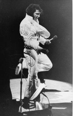 Elvis on stage at the Madison Square Garden ( New-York ) june 9 Elvis Presley Facts, King Elvis Presley, Elvis Presley Family, Jailhouse Rock, Madison Square Garden, Rey, The Man, Celebrities, Concerts
