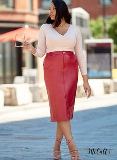 Slim 5-pocket pencil skirt with mock fly or zipper front in multiple lengths; vent & slit openings. | McCall's Sewing Patterns #skirtpatterns #sewingpatterns #womenssewingpatterns #mccallspatterns #sewing #fashionsewing Mccalls Sewing Patterns, Vogue Patterns, Fashion Patterns, Pattern Sewing, Kimono Fashion, Skirt Fashion, Pencil Dress Outfit, Pencil Skirt Outfits, How To Make Skirt