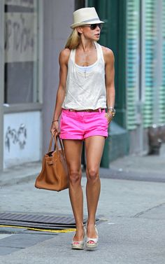 Kelly Ripa.  Great comfy style.  She is ripped!  Look at the arms!  I still don't know what she needs that huge bag for...