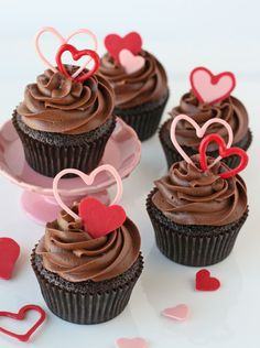 Chocolate cupcakes are a classic dessert, so why not dress them up with some heart shaped toppers for Valentine's Day? If you're in a time bind, just use store-bought cupcakes! Valentine Day Cupcakes, Heart Cupcakes, Valentine Chocolate, Valentines Day Desserts, Valentine Heart, Valentine Treats, Diy Valentine, Valentines Baking, Valentines Day Chocolates